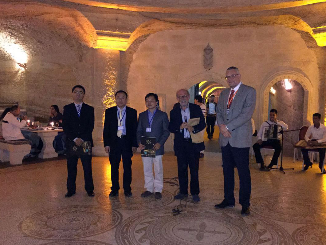 Wang (left) receives the Elsevier/Journal of Quantitative Spectroscopy & Radiative Transfer Raymond Viskanta Award at the 8th International Symposium on Radiative Transfer (RAD'16) in Cappadocia, Turkey.